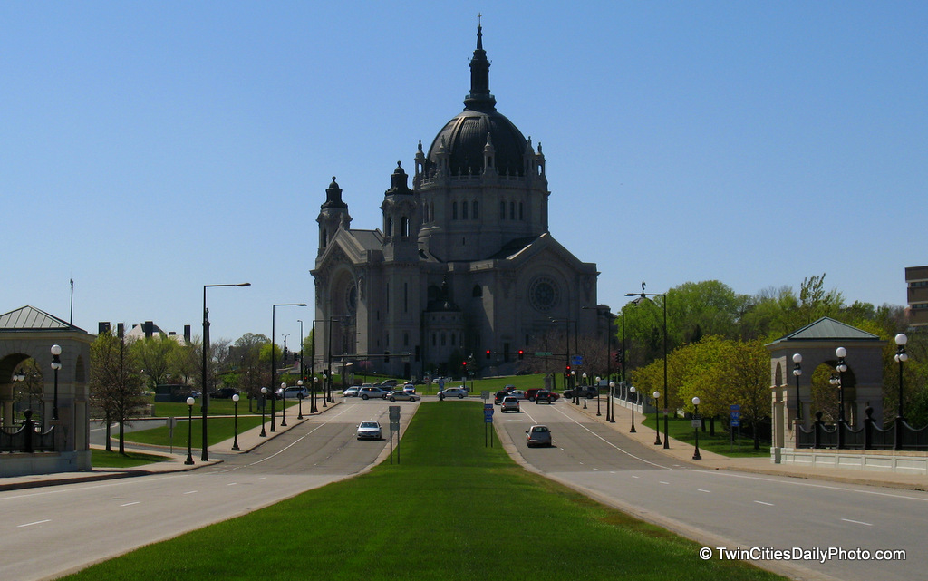 A distance view of the Cathedral of Saint Paul.
