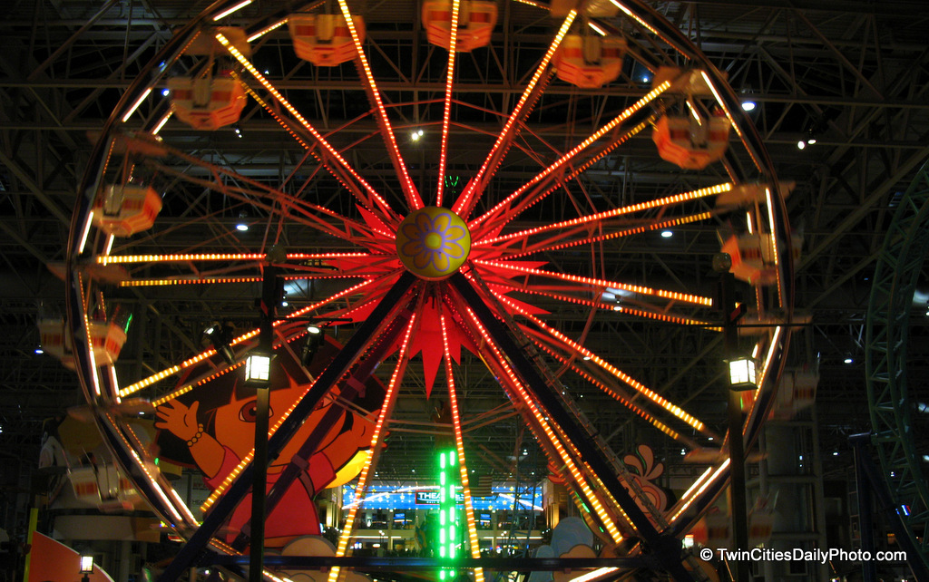 A quick actin shot of the Ferris wheel at the Mall Of America.